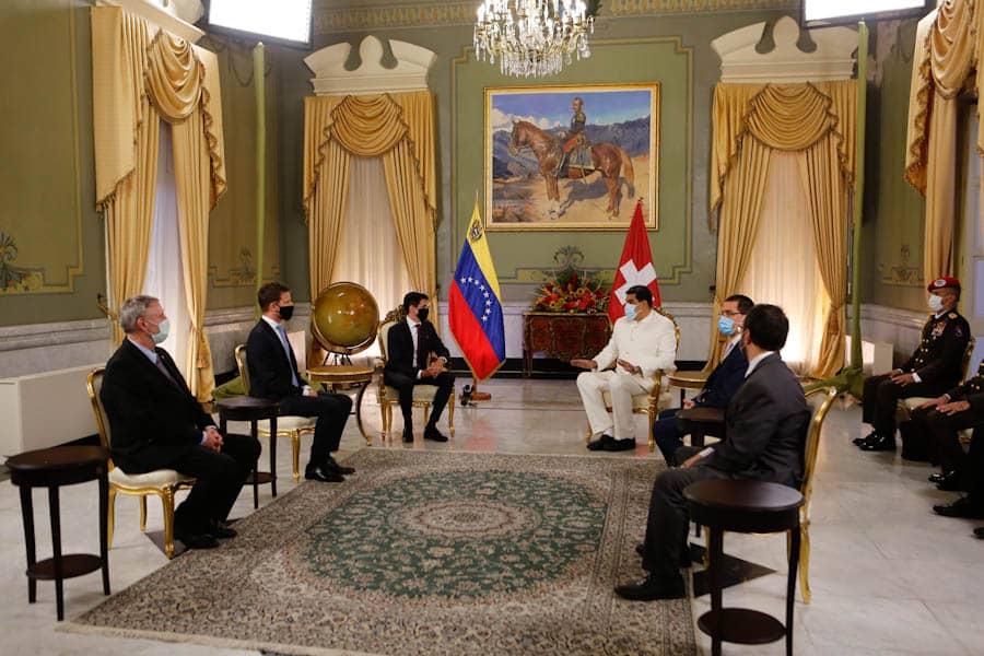 Новый посол Швейцарии в Венесуэле Юрг Шпрехер с президентом Венесуэлы Николасом Мадуро