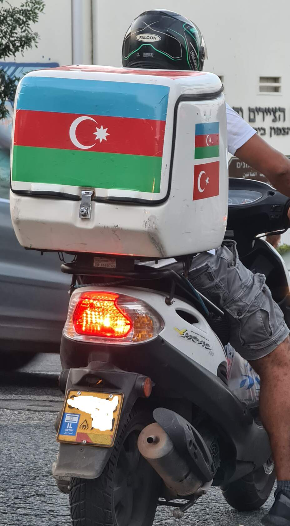 Флаги Азербайджана и Турции на мотороллере в Хайфе