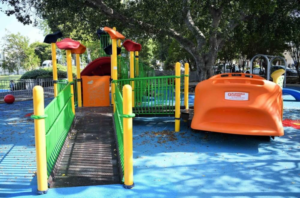 Детская площадка напротив здания мэрии, Хайфа